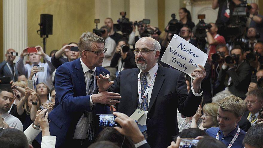 Американский журналист силой выведен с пресс-конференции