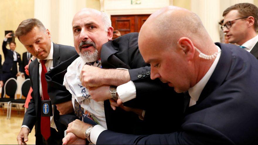 Un periodista expulsado de la conferencia de prensa de Trump y Putin