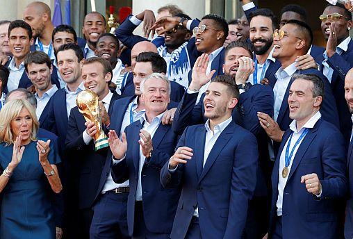 Retour triomphal en France pour les Bleus