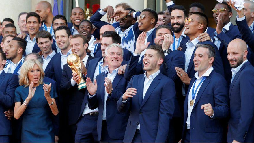 La selección francesa de fútbol se da un baño de masas en París