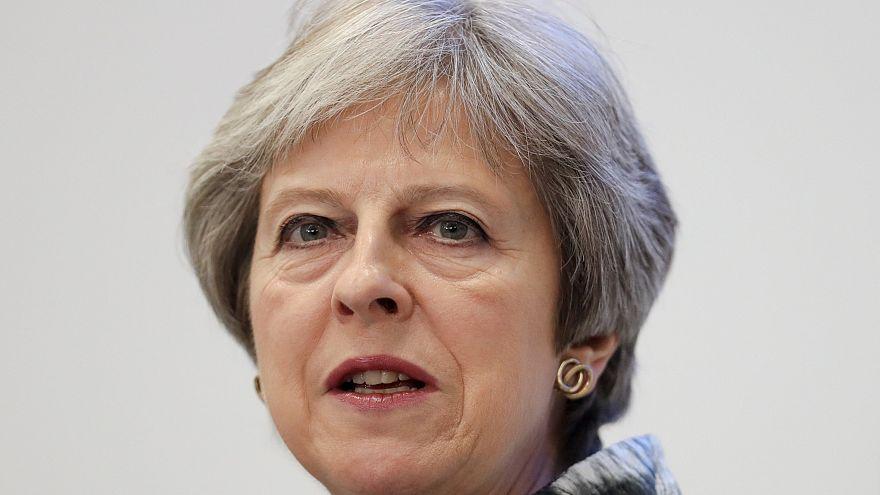 A kormánya szorításában a brit kormányfő