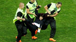 Olga Pakhtoussova des Pussy Riots est portée hors du terrain
