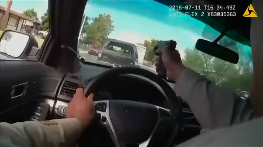 ABD'de polis kaçan şüphelileri aracının ön camından ateş ederek durdurdu