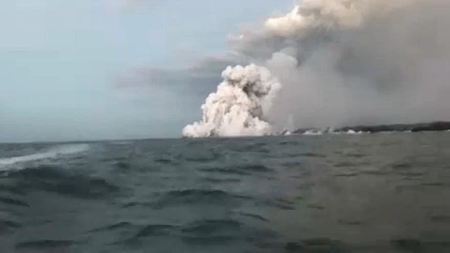 شاهد: سائح يصور مشهد تساقط حمم بركانية على قارب في هاواي