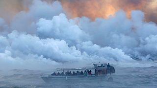 Turist teknesi lavların ortasında kaldı: 23 yaralı