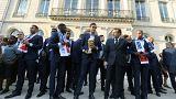 Emmanuel Macron empfängt das Team.