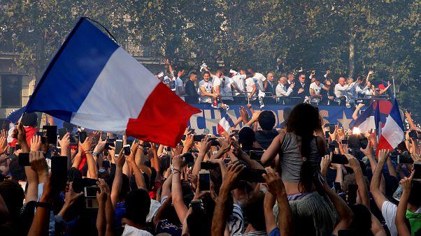 شاهد: أبطال كأس العالم يطوفون شوارع باريس وسط الآلاف من المشجعين