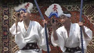 شاهد: يابانيون يتحدون الحر للاحتفال بمهرجان غيون