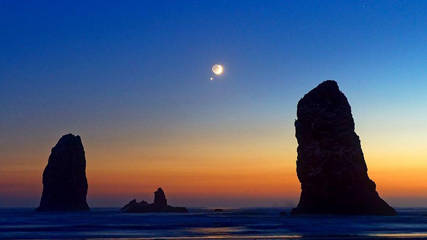 Mond und Venus über Cannon Beach in Oregon