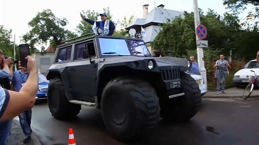 Maradona sorgt für Wirbel - Im Panzerwagen durch Brest