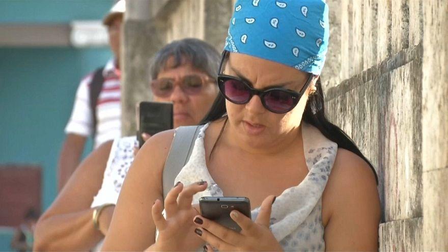 Cuba empieza a permitir internet en algunos móviles