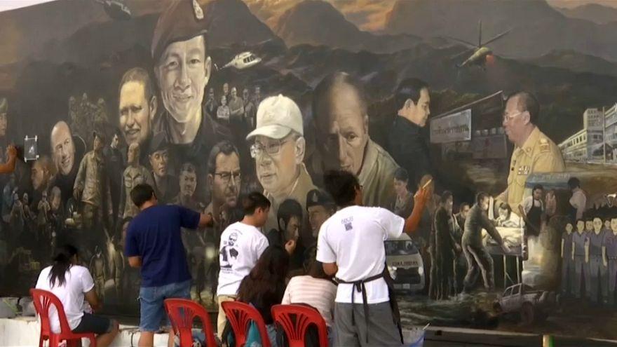 """فنانون يوثقون لحظات إنقاذ """"أطفال الكهف"""" في لوحة زيتية"""