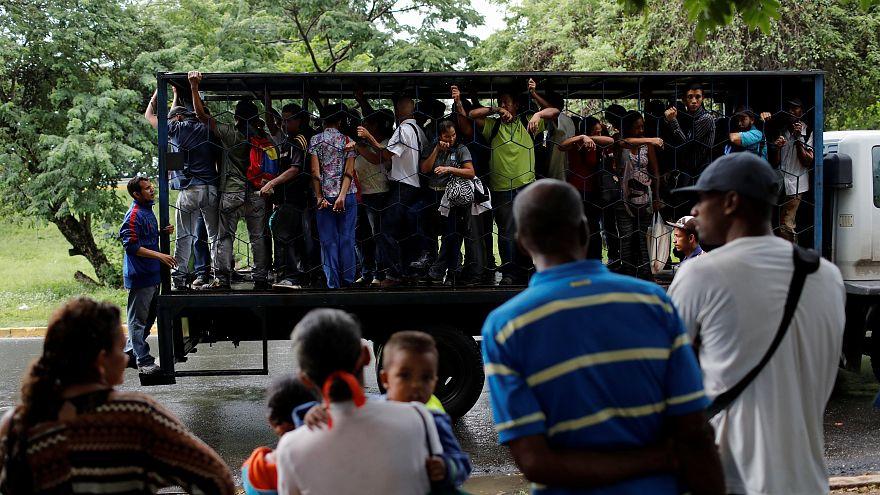 Venezuela: subidos a camiones como ganado por falta de autobuses