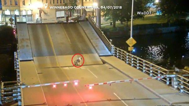 شاهد: دراجة تسقط بين طرفي جسر أثناء فتحه لعبور السفن