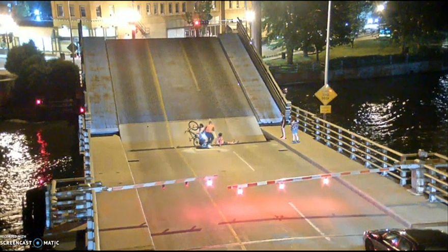 Radfahrerin stürzt in Lücke, als sich Brücke öffnet