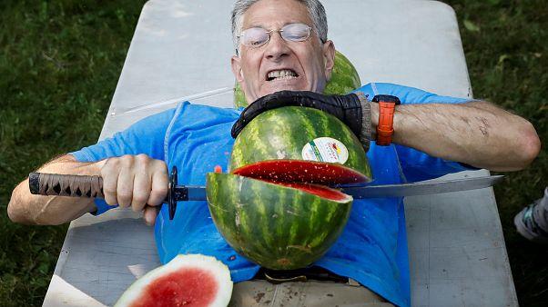 Rekord: Wassermelonen auf eigenem Bauch mit Schwert zerteilt