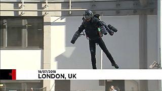 Loja em Londres coloca fato voador à venda