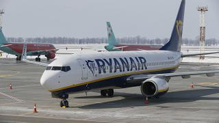 Havaalanında park halinde bulunan bir Ryanair uçağı