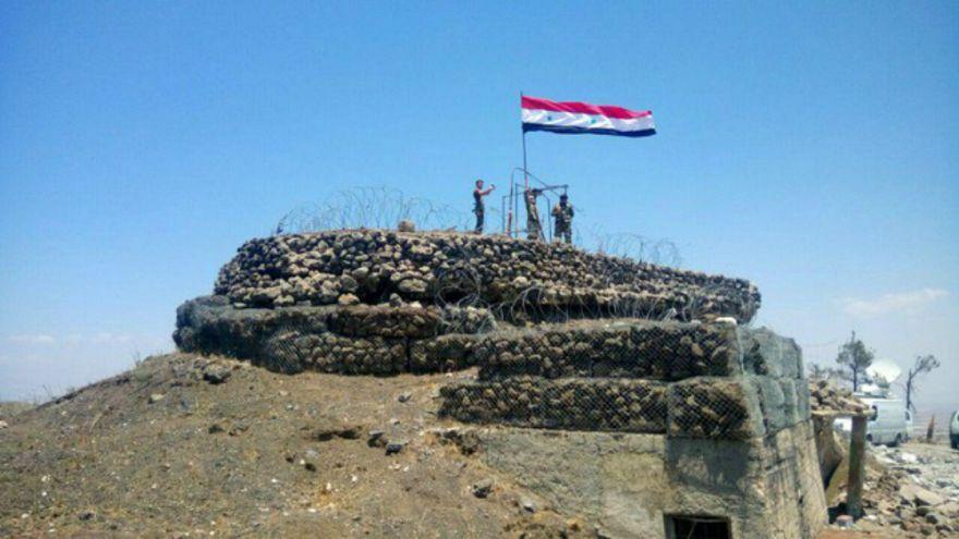 إجلاء آلاف السكان من قريتين مواليتين للنظام السوري شمال غرب البلاد