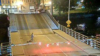 نجات معجزهآسای زن دوچرخهسوار از شکاف یک پل متحرک