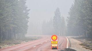 Une route fermée en raison d'incendies de forêt en Suède