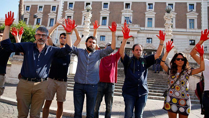 """Roma: mani """"insanguinate"""" davanti al Viminale"""