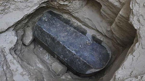 اكتشاف تابوت أسود في الاسكندرية يعود إلى ألفي عام.. فهل سيفتح؟