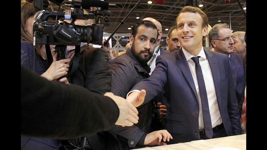 انتقادات بحق ماكرون لقيام موظف في الرئاسة الفرنسية بضرب متظاهر