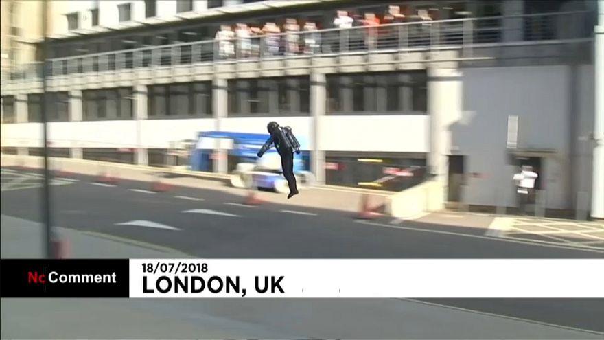 """شاهد: عرض حي بذلة """"الرجل الحديدي"""" الطائرة حاليا بأسواق لندن"""