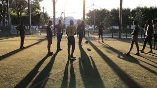 Des joueurs sur un terrain de foot de Bondy, en banlieue de Paris
