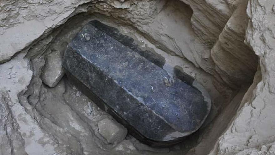 وزارة الآثار المصرية تفتح تابوت الإسكندرية وتكشف عما بداخله