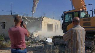 Des Palestiniens détruisent leurs maisons