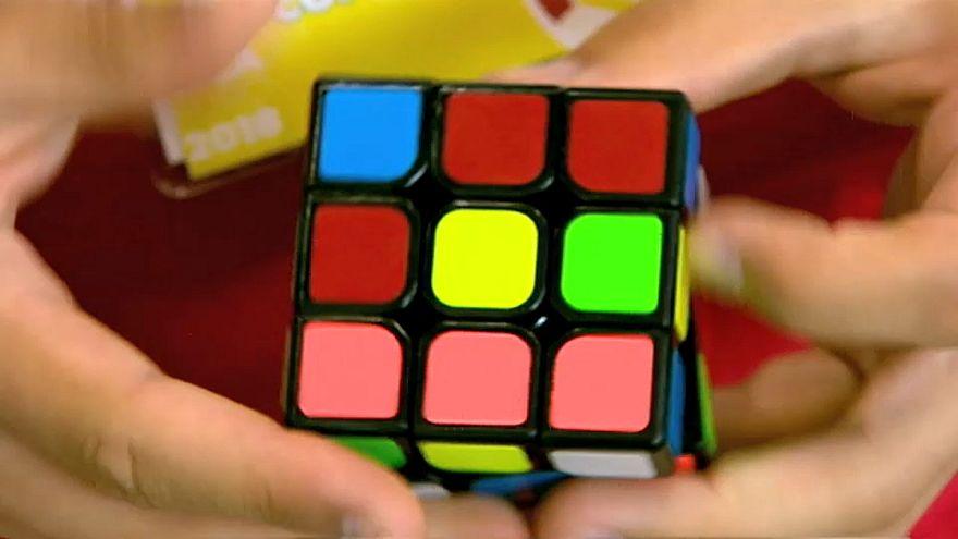"""شاهد: 600 شخص يتنافسون على حل """"المكعبات الملونة"""""""