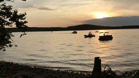 وفاة 11 شخصا على الأقل في حادث انقلاب قارب في بحيرة تيبل روك