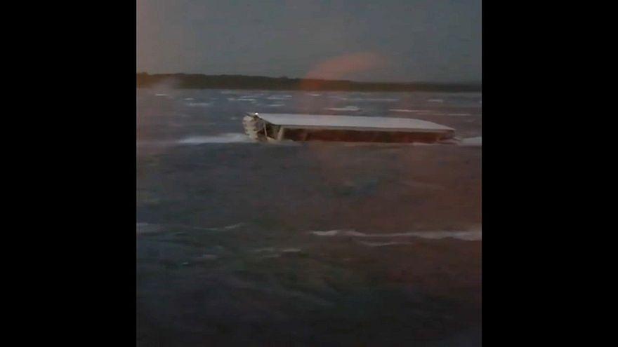 Al menos 11 muertos al naufragar una embarcación turística en Misuri