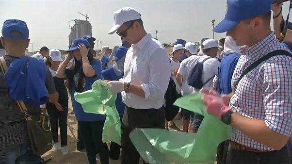 المتطوعون نظفوا الشاطئ على مدار 67 دقيقة