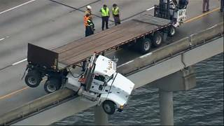 شاهد: شاحنة تتدلى من أعلى جسر بعد انزلاقها في فلوريدا