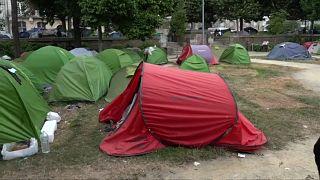بعض الخيم في الحديقة