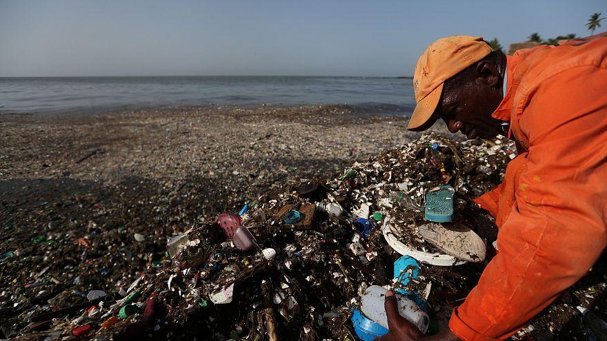 Un fonctionnaire ramasse des débris de plastique en République Dominicaine