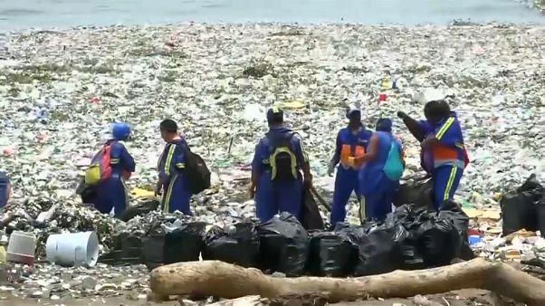 Dominika partját elöntötte a műanyagszemét