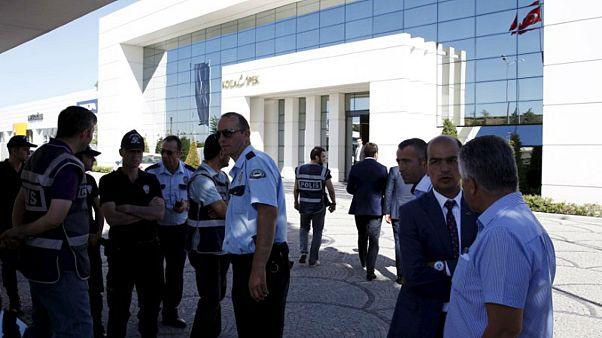 الشرطة التركية عند مداهمتها أحد مكاتب كوزا التي يمتلكها أكين إبيك في أنقرة