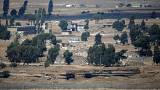 حافلة تسير على طريق قرب القنيطرة على الجانب السوري من الحدود مع إسرائيل