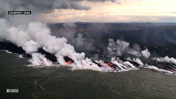 شاهد: لحظة امتزاج حمم بركان كيلاويا بمياه المحيط الهادئ