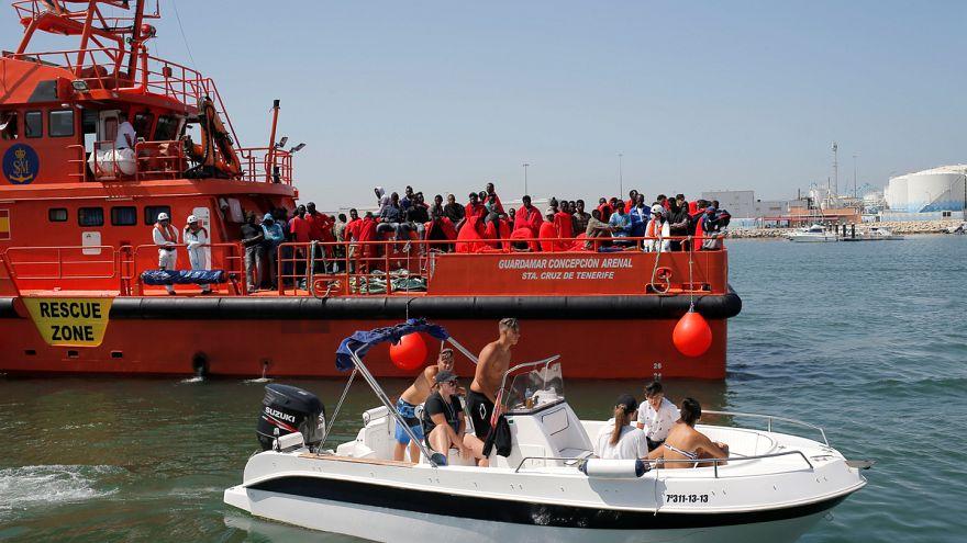 Több száz menekültet mentettek ki
