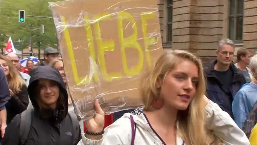 بعض المتظاهرين