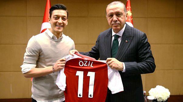 اوزيل يمنح قميصه للرئيس التركي رجب إردوغان في لندن يوم 13 مايو ايار 2018