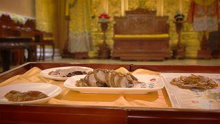 اردک پکن خوراکی که با چوب درخت هلو و گلابی آماده میشود