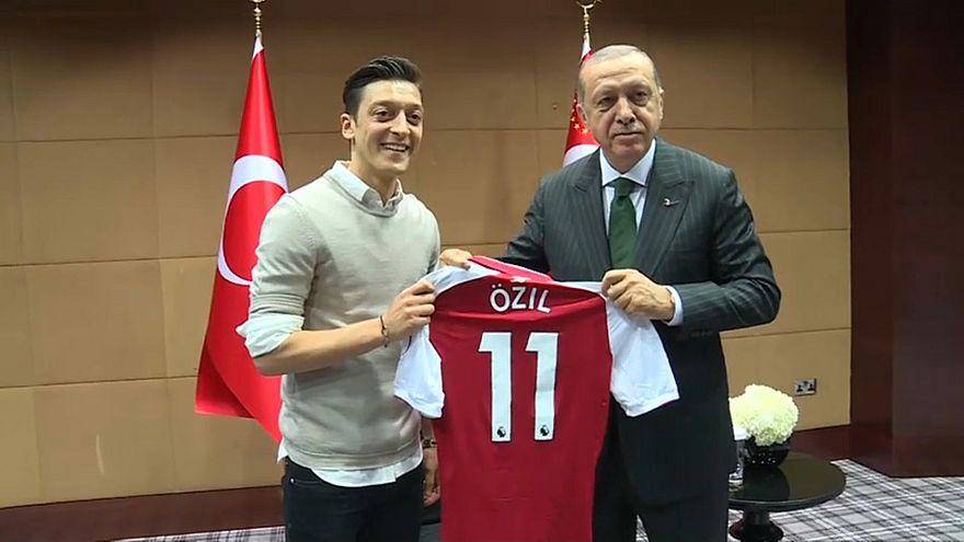 Озил ушел из сборной из-за Эрдогана