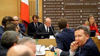 وزير الداخلية الفرنسي جيرار كولومب أثناء استجوابه