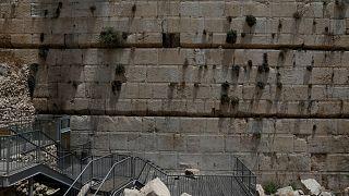 Watch: stone falls from Western Wall in Jerusalem onto prayer area